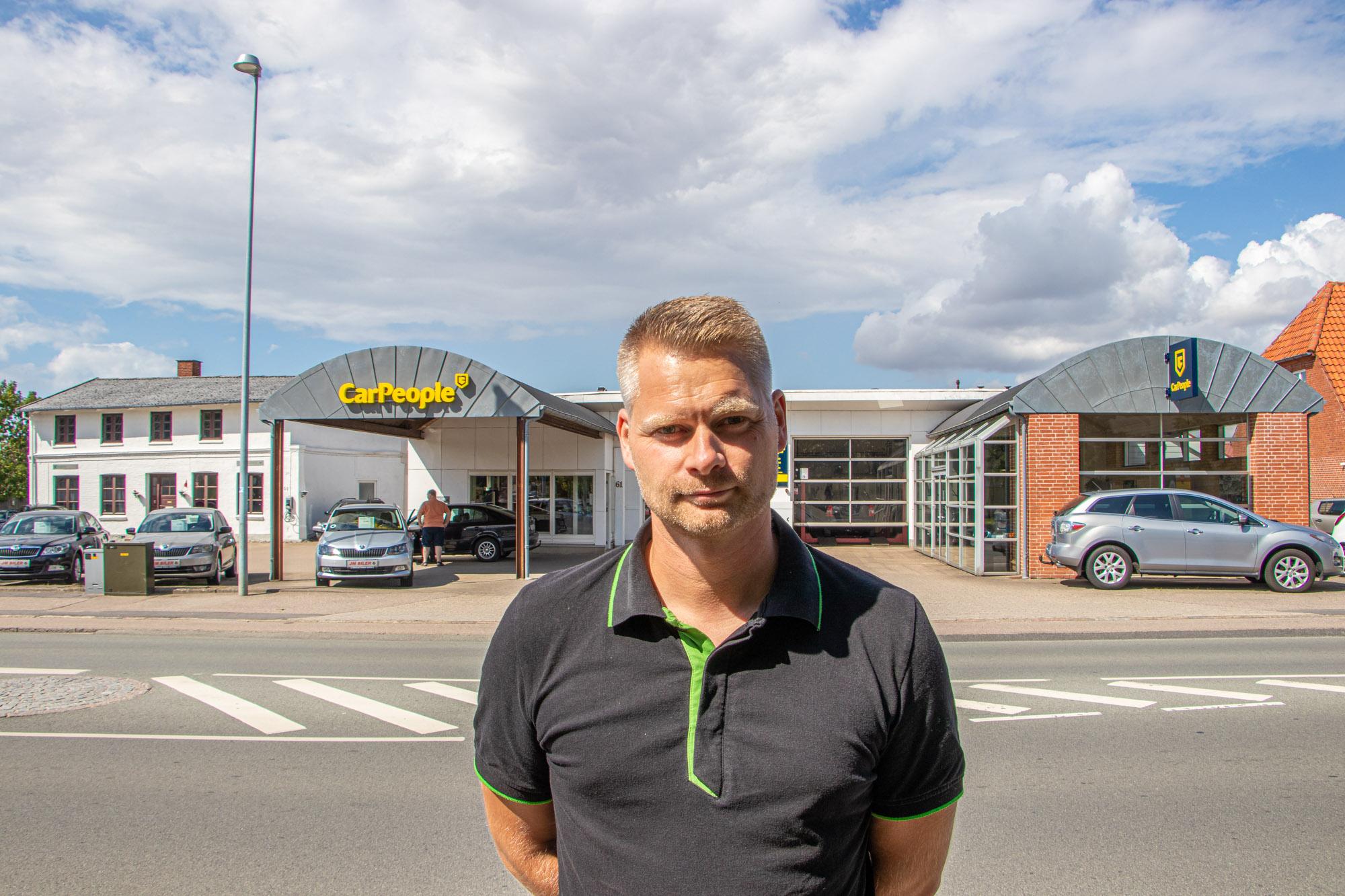 Thomas Møller foran bilhuset JM Biler, der er en del af værkstedskæden CarPeople.